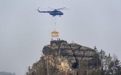 Vrtulník vynesl altán na Mariinu vyhlídku, stavební práce pokračují